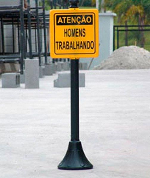 Pedestal com placa de sinalização