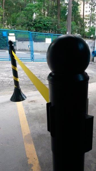 Pedestal com fita retrátil