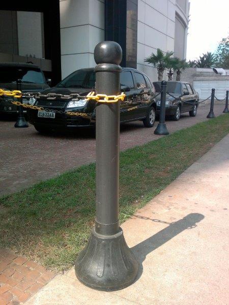 Pedestal plástico preto